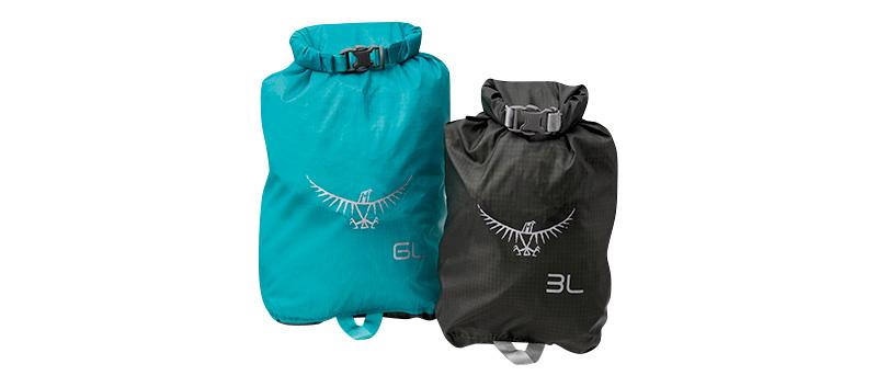 f8f65f726a46 着替えやコスメなど、小さな荷物はスタッフサックに小分けしておくとスマート。中身の濡れも防ぎます。オスプレーのUL ドライサック3L 1300円、6L  1600円(ロスト ...
