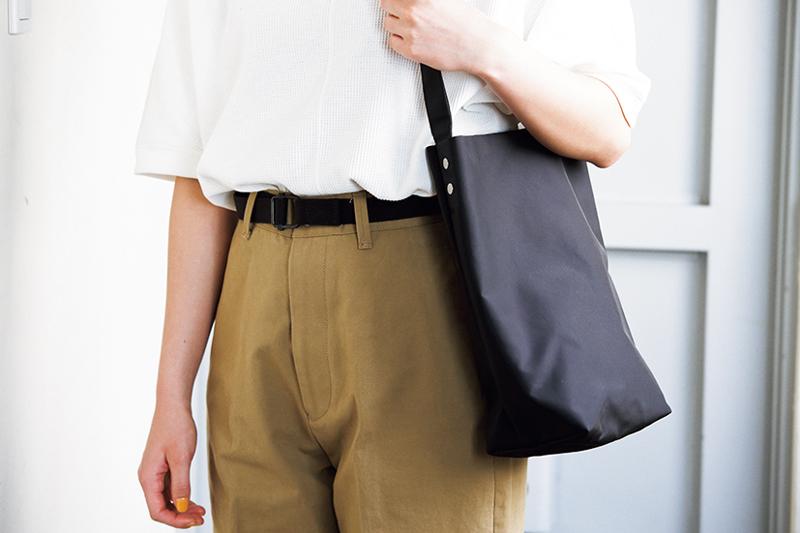 小物は黒のベルトとバッグ